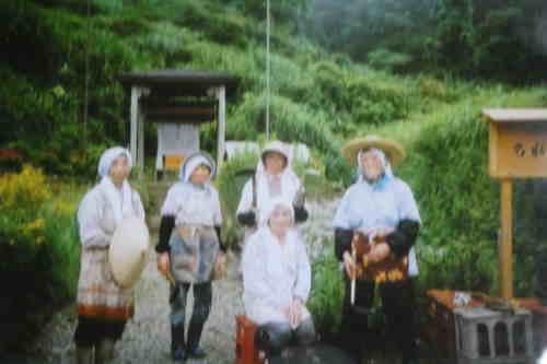 今は取り壊された 茨木童子の祠の前で草刈り後 婦人会の記念写真