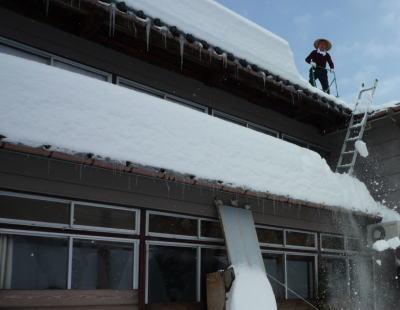 2009年2月の雪下ろし風景。二日くらいで積雪が1メートル増える事も特段、こちらの地域では驚くことでもない。